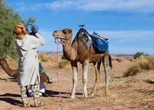 Agua potable del camello y del Berber Imágenes de archivo libres de regalías