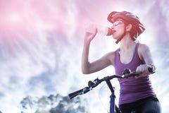 Agua potable del ciclista femenino Imagen de archivo
