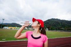 Agua potable del corredor femenino imagen de archivo libre de regalías