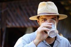 Agua potable del granjero al aire libre foto de archivo