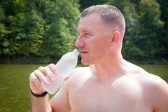 Agua potable del hombre Fotos de archivo