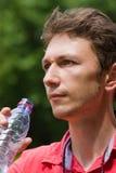 Agua potable del hombre Foto de archivo libre de regalías
