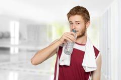 Agua potable del hombre de la aptitud Imagenes de archivo