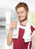 Agua potable del hombre de la aptitud Fotos de archivo libres de regalías