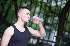 Agua potable del hombre hermoso del atleta Imagenes de archivo