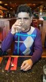 Agua potable del hombre indio en restaurante Fotos de archivo