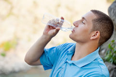 Agua potable del hombre joven Fotos de archivo