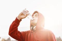 Agua potable del hombre joven después del ejercicio Fotografía de archivo libre de regalías