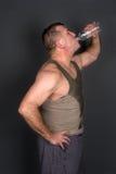 Agua potable del hombre muscular Imagenes de archivo