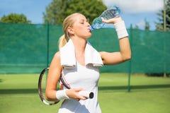 Agua potable del jugador de tenis Fotografía de archivo libre de regalías