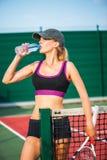 Agua potable del jugador de tenis de la mujer de la botella Imagen de archivo