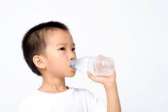 Agua potable del muchacho Fotos de archivo