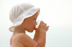 Agua potable del niño Imagen de archivo