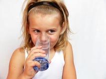 Agua potable del niño Foto de archivo libre de regalías