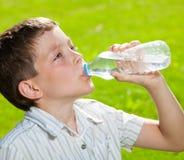 Agua potable del niño Imágenes de archivo libres de regalías
