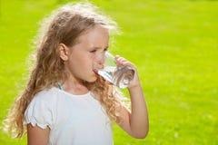 Agua potable del pequeño niño Foto de archivo libre de regalías