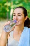 Agua potable después del entrenamiento Imagen de archivo libre de regalías