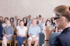 Agua potable durante conferencia imagen de archivo