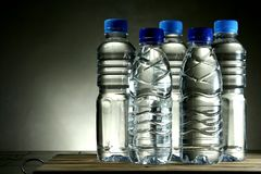 Agua potable en botella imagen de archivo libre de regalías