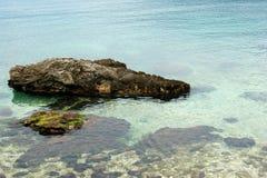 Agua potable en la orilla del mar adriático imagenes de archivo