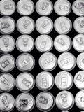 Agua potable en muchas latas imagen de archivo