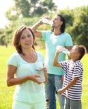 Agua potable en parque del verano Fotografía de archivo