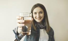 Agua potable hermosa feliz de la mujer joven imagenes de archivo