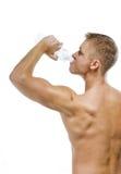 Agua potable masculina muscular hermosa Imagen de archivo libre de regalías