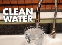 Agua potable que prueba el golpecito de consumición del grifo de la calidad pura libre illustration