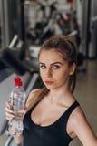 Agua potable rubia hermosa en el gimnasio Imagen de archivo