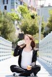 Agua potable sana de la mujer embarazada foto de archivo