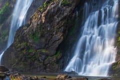 Agua pura de la naturaleza Cascada hermosa en bosque tropical antiguo en la estación de verano Khlong Lan National Park, Tailandi fotografía de archivo