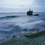 Agua pura del lago en ruso el lago Baikal y la piedra del huevo de ganso Fotos de archivo