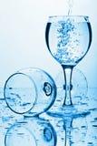 Agua pura que salpica en el vidrio Fotografía de archivo libre de regalías