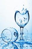 Agua pura que salpica en el vidrio Imagen de archivo