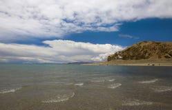 Agua pura y cielo azul Imagenes de archivo