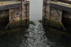 Agua que acomete a través de las puertas de esclusa Fotos de archivo libres de regalías