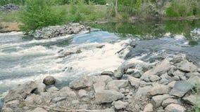 Agua que atraviesa rocas Agua hirvienda en el río almacen de video