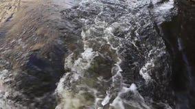 Agua que burbujea del barco de motor metrajes
