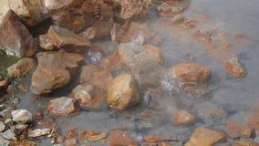 Agua que burbujea e hirvienda en un área geotérmica almacen de metraje de vídeo