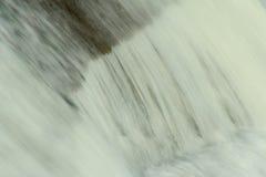 Agua que cae Imágenes de archivo libres de regalías