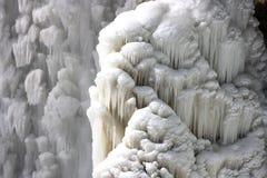 Agua que cae congelada. Imagen de archivo