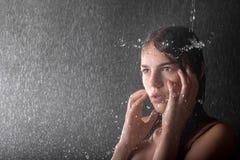 Agua que cae en la pista de la muchacha bastante adolescente Fotografía de archivo