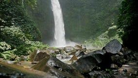 Agua que cae Indonesia de la cascada tropical a cámara lenta