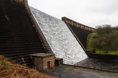 Agua que conecta en cascada abajo de la presa de Avon, Dartmoor Fotos de archivo libres de regalías