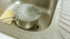 Agua que corre en un dren en fregadero de cocina almacen de metraje de vídeo