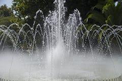 Agua que dice con excesiva efusión de la fuente Fotografía de archivo libre de regalías