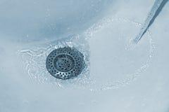 Agua que fluye abajo Imagen de archivo