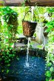 Agua que fluye abajo Cubo de agua Imagen de archivo libre de regalías