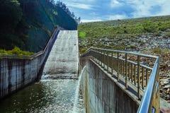Agua que fluye abajo de aliviadero Imagen de archivo